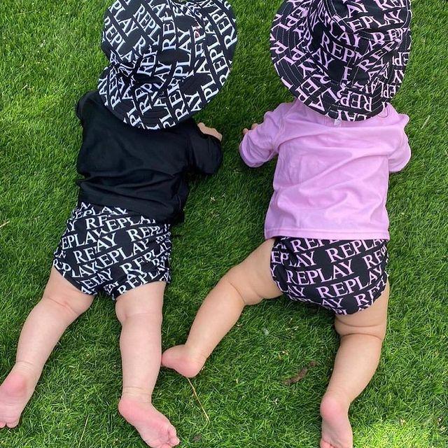 אנחנו נמסים פה 😍 ואתם?  גם קוקלצית בגדי הים של ריפלי משתתפים בסייל 😱 עד 50% הנחה על כללל האתר  @talshalev5  #replay #replaykids #kidsfashion #kidsfashionbrand #kidsfashionistamodel #באבלס #באבלסאונליין #באבלסמותגיםלילדים